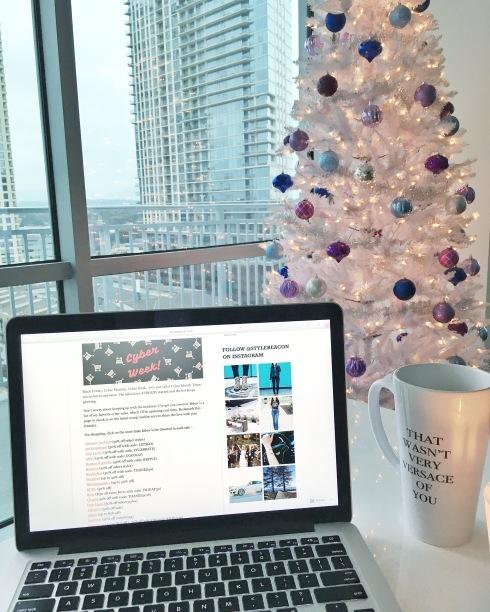 coffee-mug-mac-laptop-white-christmas-tree-city