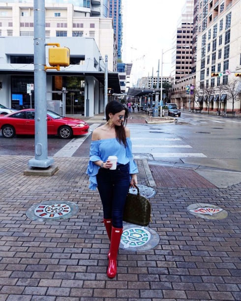 style-beacon-michelle-kuta-zuzek-fashion-blogger-hunter-militry-red-original-tour-gloss-rain-boots-blue-off-the-shoulder-bell-sleeve-blouse-citizens-of-humanity-rocket-high-rise-skinny-jean-louis-vuitton-vernis-alma-gm-handbag-lisi-lerch-earrings-ray-ban-icons-50mm-round-sunglasses-lilac-mirror-sunglasses-street-style-with-coffee