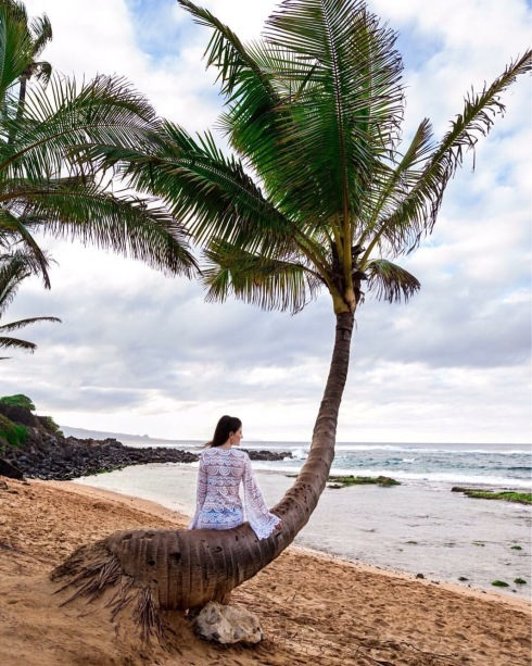 style-beacon-michelle-kuta-zuzek-fashion-blogger-travel-hawaii-beacon-pilyq-noah-tunic-beach-coverup-seafolly-carribbean-ink-bralette-and-multi-strap-bikini-bottom-